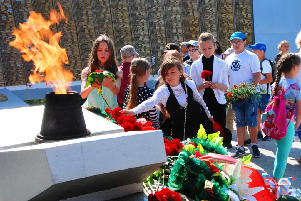 Цветы у Вечного огня — это дань памяти тем, кто не вернулся с войны…