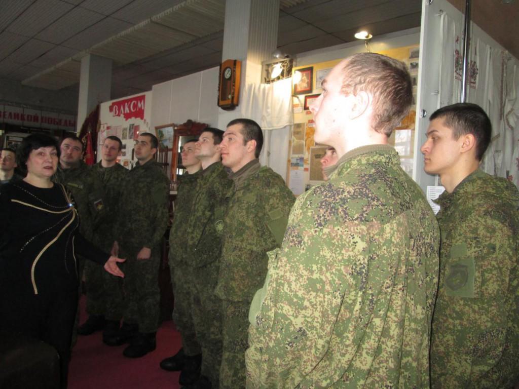 Солдаты срочной службы в музее на экскурсии