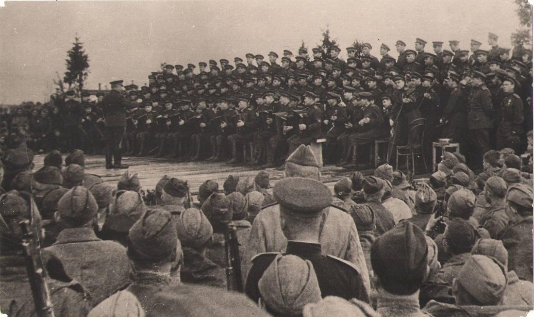 ансамбль песни и пляски им. Александрова выступает перед воинами 178 дивизии