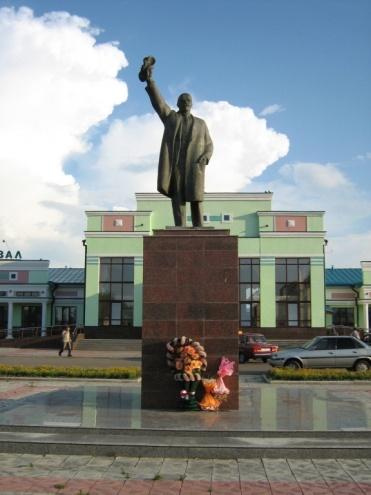 Памятник В.И. Ленину на привокзальной площади.
